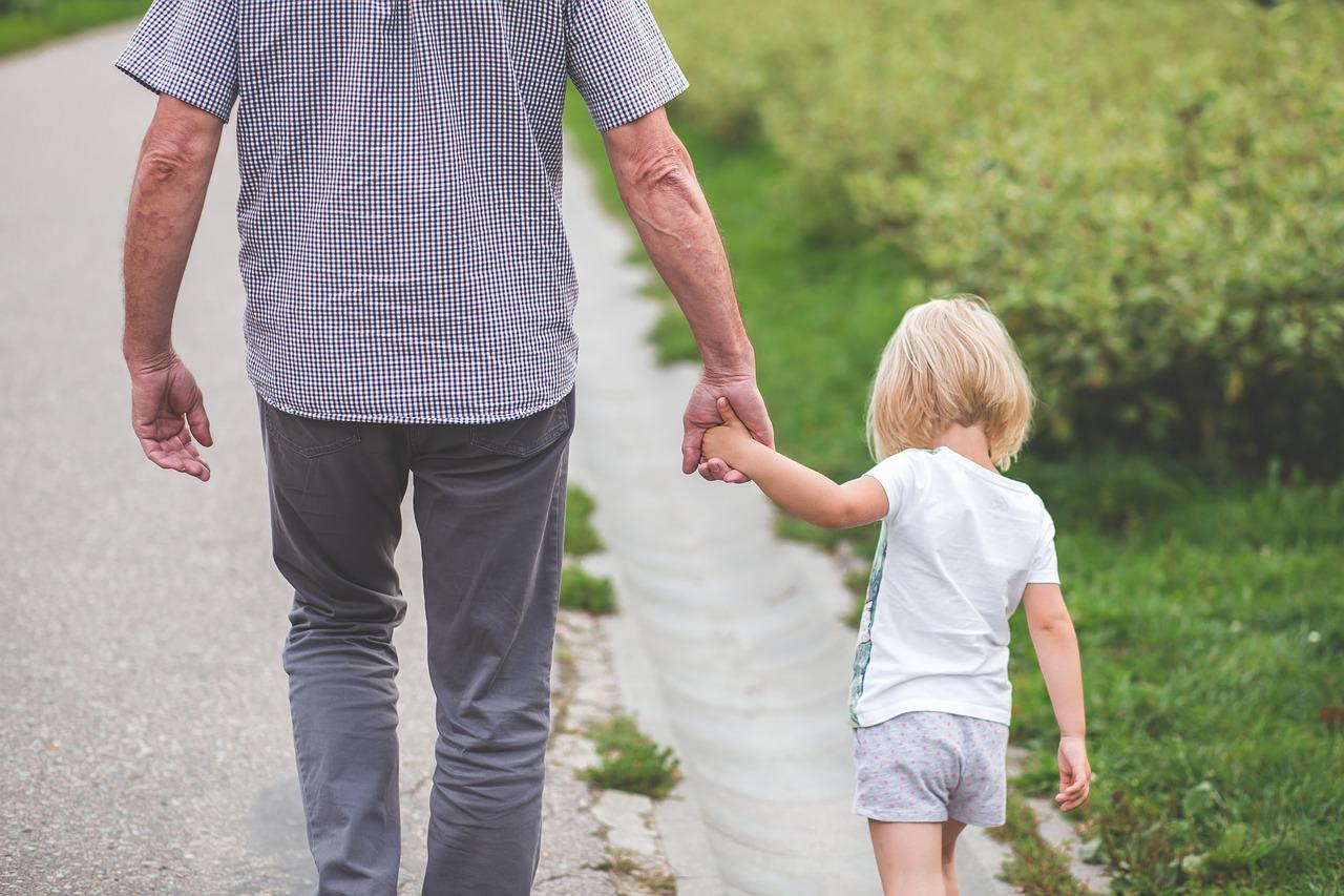 Abuelo y nieto paseando